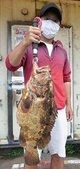 知念海岸で56・5センチ、4・06キロのミーバイを釣った小森健太さん=6月16日