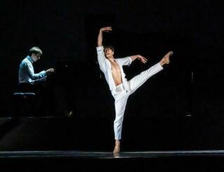 8日、舞台で踊る岩田守弘さん=ロシア・ニジニーノブゴロド(イリーナ・グラドゥンコ氏撮影、共同)