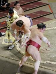 照ノ富士が押し出しで大栄翔を下す。全勝で勝ち越しを決めた=両国国技館