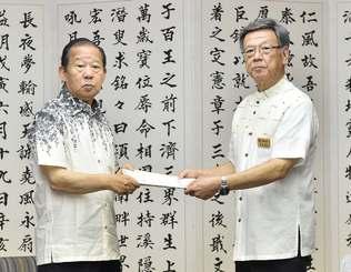自民党の二階俊博幹事長(左)に要望書を手渡す翁長雄志知事=14日午前10時34分、県庁