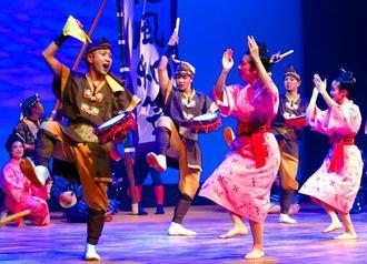 勇壮なエイサーと華やかな女踊りを調和させた「REQUIOS・王朝伝」=那覇市・パレット市民劇場