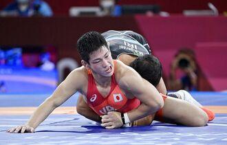 男子グレコローマン77キロ級3位決定戦 イラン選手の攻めをこらえる屋比久翔平=幕張メッセ