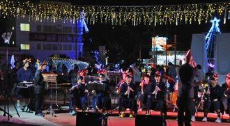 イルミネーション点灯に合わせて演奏する与那原中吹奏楽部のメンバー=21日、与那原町・与那古浜公園