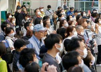 「大阪都構想」についての街頭演説を聞く人たち=24日午後、大阪市