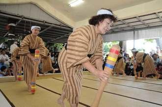 五穀豊穣を願う「キネツキ踊り」を披露する女性たち=27日、多良間村仲筋の土原御願