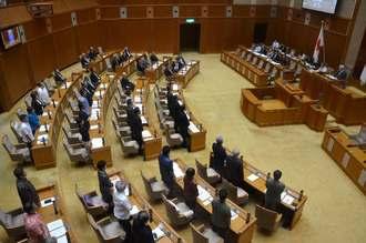 オスプレイ墜落に抗議し配備撤回を求める抗議決議、意見書を可決する沖縄県議会11月定例会の最終本会議=22日、県議会