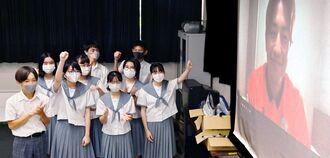 東江雄斗選手(右)をオンラインで激励する神森中学の生徒=同校