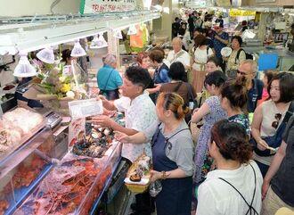 開店と同時に多くの買い物客が詰め掛けた仮市場=1日午前、那覇市