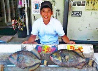 玉城海岸で52センチ、3.5キロのゴマモンガラを釣った照屋勇作さん=8月6日
