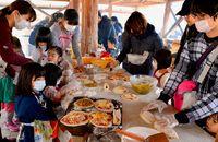 石窯使って熱々パン/沖縄市キャンプ場 親子手作り