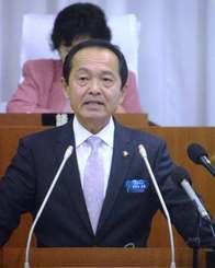 施政方針を述べる渡具知武豊市長=5日、名護市議会