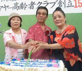 15周年記念ケーキにナイフを入れる(左から)前部長の山内繁子さん、発案者の比嘉朝儀さん、現部長の中村米子さん=米ガーデナ市・北米沖縄県人会館띱