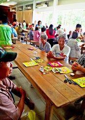 デイサービスで健康指導や運動などで楽しむお年寄りら=ボリビア・オキナワ村