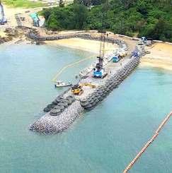 K9護岸建設現場で進められる消波ブロックの設置作業=30日午後2時41分、名護市辺野古(小型無人機から)
