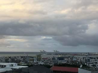 沖縄地方の沿岸の海域はうねりを伴っています。高波に注意してください。