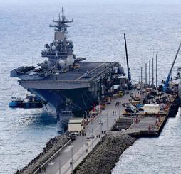 米揚陸艦が入港 ホワイトビーチ