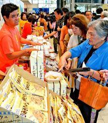 初日から多くの来場者が詰め掛けた久米島町観光・物産と芸能フェア=11日、那覇市久茂地・タイムスビル1階エントランス