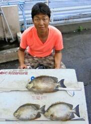 石川海岸で43センチ2・05キロのカーエーを釣った吉田浩二さん=11日