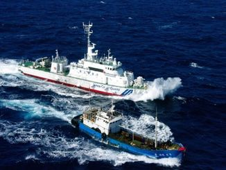違法操業の中国サンゴ漁船(下)を追いかける海保巡視船=宮古島沖(石垣海上保安部提供)