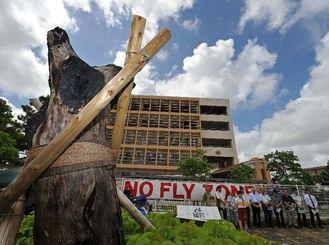 ヘリ墜落の惨劇を繰り返すまいと、学内で開かれた集会=13日午後、宜野湾市・沖縄国際大学ポケットパーク