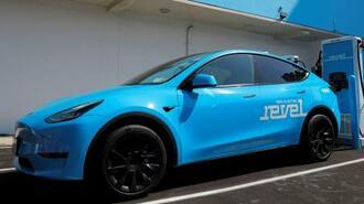 充電ステーションに止まる米テスラの電気自動車=6月29日、ニューヨーク(ロイター=共同)