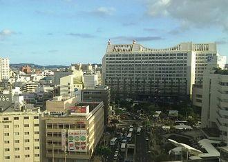 午後4時55分ごろの沖縄県庁前。