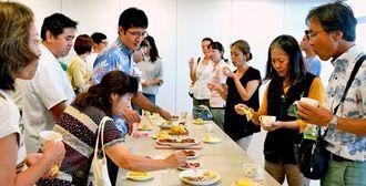中村新さんが作ったスイーツを試食する参加者=7日、うるま市健康福祉センター「うるみん」