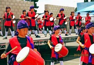 子ども祭りでエイサーを披露した3年生たち=ロサンゼルス