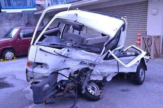 米軍車両と衝突した被害男性の軽トラック=19日、那覇署