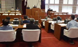 女性遺体遺棄事件への抗議決議、意見書両案を全会一致で可決した名護市議会=24日、同議会