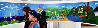 大パノラマ作品が目を引く「アートたけし展」=17日、那覇市・デパートリウボウ6階催事場(渡辺奈々撮影)