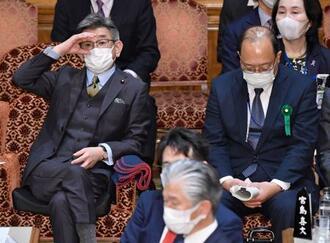 参院予算委に出席した武田総務相(左)と谷脇康彦総務審議官=8日午前