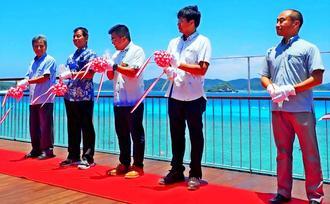 ニシバマテラスの完成を祝った宮里哲村長(左から3人目)と環境省那覇自然環境事務所の東岡礼治所長ら関係者