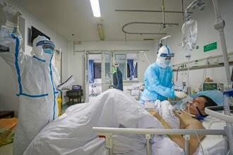 中国・武漢の病院で新型コロナウイルス感染症患者の対応に当たる医療従事者ら=2月(共同)