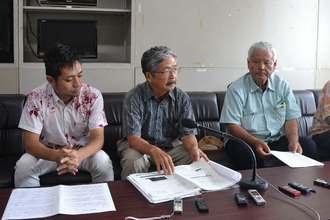 監査請求の実施について会見で説明する北上田毅さん(中央)ら=27日、県庁