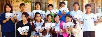 金城睦治教諭の提案で、嘉手納小学校の子どもたちとハガキの交流を始めたヌエバ・エスペランサ校の子どもたち=ボリビア・オキナワ第2移住地