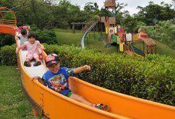 【7】大人気のローラー滑り台を楽しむ子どもたち=石垣市石垣・バンナ公園「ふれあい子供広場」