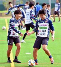 FC琉球、決意の初蹴り 富所「ファンと一緒に戦う」 焦点はポジション争い