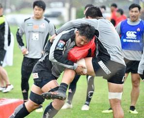 ラグビーの日本代表候補合宿で練習する姫野(手前左)=18日、沖縄県読谷村