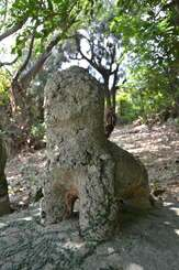 嘉数の2代目の村獅子。知花焼の陶器部分が足元や腹の下に残る