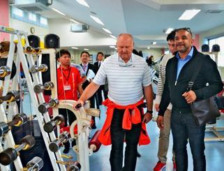 トレーニング器具を確認するドイツ陸上競技連盟のジークフリード・ショーナート氏(前列左)とイドゥリス・ゴンシンスカ氏(同右)=沖縄市陸上競技場