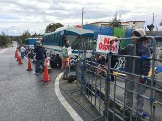 新基地建設に抗議し座り込む市民は、新しく設置された柵(右手前)が「おりのようだ」と訴えた=13日、名護市辺野古