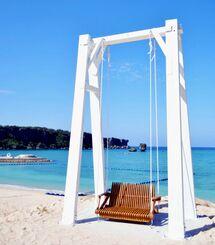 中島聖二郞さん制作のオブジェ「Nabi Swing」=恩納村海浜公園ナビービーチ