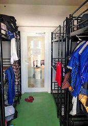 日本語学校に通う留学生の寮の一室。3段ベッドが4台敷き詰められた部屋に8人が生活する。1人当たり家賃は月2万5千円で、数百人の学生を受け入れている=本島南部(提供)