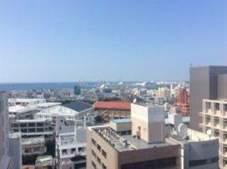 一日穏やかな天気でした。那覇港にはクルーズ船が2隻。