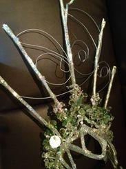 頭飾りは風や衝撃にも耐えられるように針金で固定
