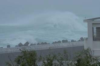 台風8号の接近で、海上は大荒れとなった=10日午後1時すぎ、宮古島市城辺友利の博愛漁港(下地広也撮影)