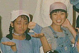 沖縄アクターズスクールの第30回定期公演でポーズを取るRikoさん(左)とDancer Naoさん=1993年10月、浦添市民会館(同スクール提供)