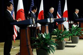 日米2プラス2会合を終え、記者会見する(左から)小野寺防衛相、河野外相、ティラーソン国務長官、マティス国防長官=17日、ワシントン(ロイター=共同)