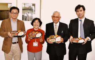 幸地理事長(右から2人目)と県生活協同組合連合会の東條渥子会長理事(同3人目)らが、事業所の開所を祝った=9日、沖縄市泡瀬・配食サービス配彩あわせ